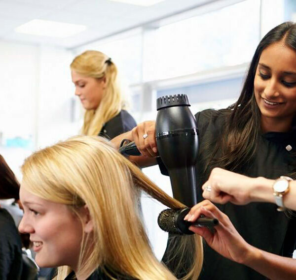 Обучение на парикмахера - укладка волос