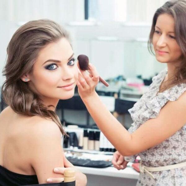 Обучение макияжу на модели